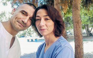 Μια σύνθετη πραγματικότητα αντιμετωπίζουν οι εργαζόμενοι στην πρώτη γραμμή της μάχης για την αντιμετώπιση του κορωνοϊού. Ο Γιώργος Πάνος και η σύζυγός του Μαρία Φλεβοτόμου είναι νοσηλευτές στο «Αττικόν», ένα από τα νοσοκομεία αναφοράς για τον κορωνοϊό, και καλούνται να διαχειριστούν τις νέες απαιτήσεις στο εργασιακό περιβάλλον σε συνδυασμό με τις οικογενειακές υποχρεώσεις ως γονείς δύο κοριτσιών, ηλικίας 10 και 3 ετών.