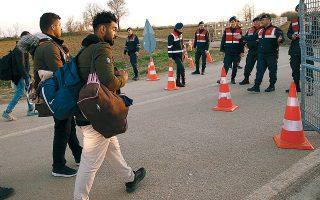 Το καλωσόρισμα των τουρκικών αρχών, καθ' οδόν προς τα σύνορα με την Ελλάδα.