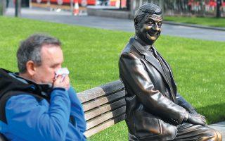 O Mr Bean είναι από μπρούντζο. Επομένως, δεν έχει κανένα λόγο να ανησυχεί ούτε για τον κορωνοϊό  ούτε για τον Μπόρις, που τελικά αποδεικνύεται επικίνδυνος όσο και ο κορωνοϊός. (Η φωτογραφία είναι  από τη Λέστερ Σκουέρ του Λονδίνου.)
