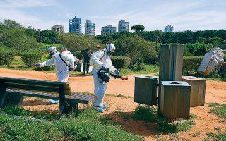 Προληπτική απολύμανση ενάντια στην εξάπλωση του νέου κορωνοϊού σε πάρκο στη Βηρυτό.
