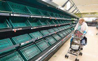 Αδεια ράφια σε σούπερ μάρκετ του Λονδίνου, χθες. Στο Ηνωμένο Βασίλειο, στο οποίο έχουν καταγραφεί 2.692 επιβεβαιωμένα κρούσματα κορωνοϊού και 137 θάνατοι, ακόμη δεν έχουν κλείσει τα εμπορικά καταστήματα και οι χώροι ψυχαγωγίας.