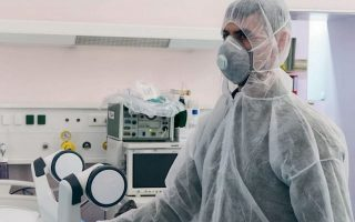 Aλλαγή των εφημεριών στα νοσοκομεία, με δεδομένο ότι το «Σωτηρία», το «Παμμακάριστος» και το Λοιμωδών «Αγία Βαρβάρα» θα νοσηλεύουν μόνο περιστατικά COVID-19, προανήγγειλε χθες ο υφυπουργός Υγείας.