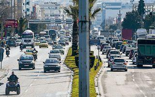 Η κίνηση οχημάτων στους δρόμους της Αθήνας μπορεί να έχει μειωθεί, αλλά όχι ακόμη σε σημείο τέτοιο που να εξαφανίσει τη ρύπανση της ατμόσφαιρας.