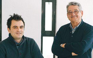 Οι δύο ερευνητές του ΙΤΕ, Γιώργος Κυριακίδης και Βασίλης Μπίνας, που δημιούργησαν το καινοτόμο φωτοκαταλυτικό υλικό.
