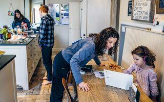 Η Τζέσικα Χέλερ βοηθά την επτάχρονη κόρη της στα μαθήματά της, καθώς παραμένουν σε καραντίνα, στη Νέα Υόρκη.