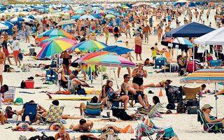 Συνωστισμός σε ακτή της Φλόριντα παρά την επιδημία του κορωνοϊού. Χθες οι Αρχές έλαβαν αυστηρά μέτρα, κλείνοντας τις παραλίες.