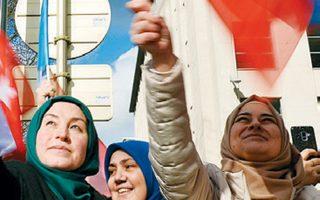 Οπαδοί του Ταγίπ Ερντογάν ανεμίζουν τουρκικές σημαίες έξω από το αρχηγείο του ΝΑΤΟ, όπου ο Τούρκος πρόεδρος είχε συνάντηση με τον Γενς Στόλτενμπεργκ.