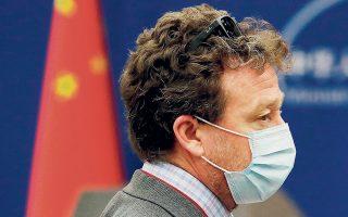 Ο ανταποκριτής των ΝΥΤ στο Πεκίνο, Στίβεν Λι Μάιερς, μιλάει με συναδέλφους του μετά την ενημέρωση από το κινεζικό ΥΠΕΞ.