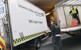 Φορτηγά μεταφέρουν ιατρικό υλικό σε δημόσιο νοσοκομείο του Λονδίνου. Σε κάποιες πτέρυγες ασθενεί έως και το 50% του προσωπικού, την ώρα που το εναπομείναν παλεύει με διαδοχικά κύματα ασθενών.
