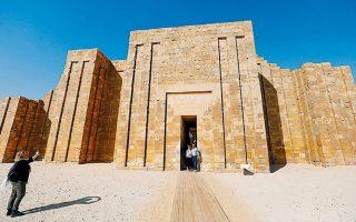 Τουρίστες τραβούν φωτογραφίες έξω από την πυραμίδα της Σακάρα μετά την αποκατάστασή της.