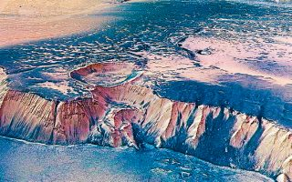 Βράχος ύψους άνω των 4.000 μ., στην ανατολική πλευρά του Αρη, ενός από τους πλανήτες στους οποίους προτίθεται να καλλιεργήσει λαχανικά η NASA.