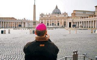 Ευκαιρία για μια φωτογραφία στην άδεια πλατεία του Αγίου Πέτρου, στο Βατικανό: τα μέτρα αποτροπής της μετάδοσης του κορωνοϊού έβαλαν «λουκέτο» και σε αυτήν.
