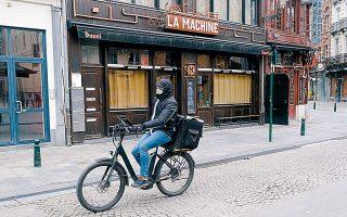 Διανομέας με χειρουργική μάσκα στις Βρυξέλλες.