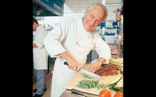 Ο πολυβραβευμένος Μισέλ Ρου (1941-2020) ταξίδεψε σε ολόκληρο τον κόσμο και μαγείρεψε για τους μεγαλύτερους ηγέτες. Ηταν αυτός που αποκατέστησε τη χαμένη τιμή του αυγού.