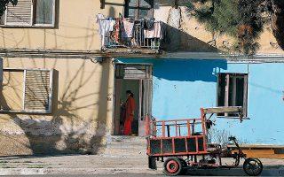 Προσφυγικές μονές ή διπλές κατοικίες μοιράζονται τις γειτονιές με νεότερα διαμερίσματα, σε μια μείξη που συνδέει τις εποχές από το '22 μέχρι σήμερα. ΦΩΤ.ΝΙΚΟΣ ΚΟΚΚΑΛΙΑΣ