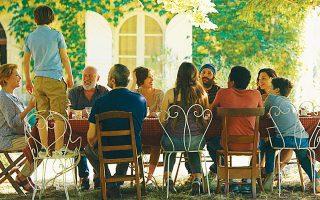 Γύρω από το οικογενειακό τραπέζι, μικροί και μεγάλοι θα λύσουν τις διαφορές τους, τόσο με φωνές όσο και με γέλια.