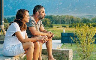 Η «Μπαλάντα της τρύπιας καρδιάς» του Γιάννη Οικονομίδη έφερε ξανά στο προσκήνιο την κινηματογραφική καλτ ελληνική επαρχία.