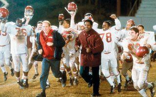 Το «Remember the Titans» με τον Ντένζελ Ουάσιγκτον είναι μία από τις καλύτερες και πιο παιδαγωγικές ταινίες γύρω από τη δύναμη του αθλητισμού.