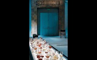 Ενα τραπέζι στη θεατρική σκηνή της «Μεταπολίτευσης»