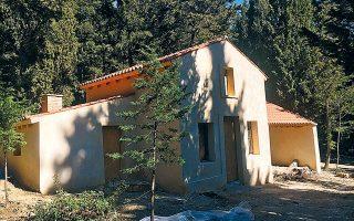 Η εμφανής λιθοδομή χάθηκε στην αποκατεστημένη Οικία του Δασοφύλακα, κάτι που αλλοιώνει τον χαρακτήρα του κτίσματος.