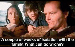 Από την ταινία «Λάμψη» με την επισήμανση: «Μερικές μέρες απομόνωσης με την οικογένεια, τι μπορεί να πάει στραβά;».