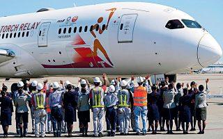 Οι Ιάπωνες χθες αποχαιρέτησαν το αεροσκάφος το οποίο ταξίδεψε στην Αθήνα για να παραλάβει και να μεταφέρει τη Φλόγα στο Τόκιο.