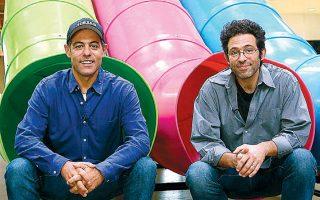 Ο Ελληνοαμερικανός Γκρεγκ Σπυριδέλης (αριστερά) μαζί με τον αδελφό του Εβαν εκμεταλλεύθηκαν τις δυνατότητες που παρείχε το Διαδίκτυο, δημιουργώντας δύο πολύ επιτυχημένες εταιρείες παραγωγής και τεχνολογίας. Τα δύο αδέλφια κατάγονται από τη Λήμνο.
