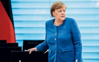 Η Αγκελα Μέρκελ εξετάζει τώρα και τη συμμετοχή της Γερμανίας στην κοινή έκδοση χρέους της Ευρωπαϊκής Ενωσης με σκοπό την αντιμετώπιση της επιδημίας. Η αιφνιδιαστική στροφή του Βεραολίνου μπορεί να μετασχηματίσει πλήρως τα οικονομικά της Ε.Ε., τονίζουν αναλυτές.