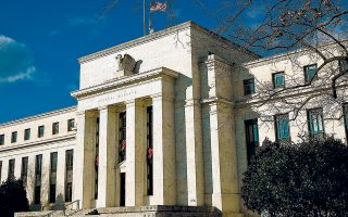 Η αγορά εκτιμά ότι η Fed έχει συγκριτικά μεγαλύτερα περιθώρια περαιτέρω μείωσης των επιτοκίων έναντι της ΕΚΤ.