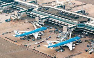 H Air France-KLM γνωστοποίησε πως αναστέλλει το 90% των πτήσεών της και, παράλληλα, ζητάει οικονομική στήριξη τόσο από τη γαλλική όσο και από την ολλανδική κυβέρνηση.