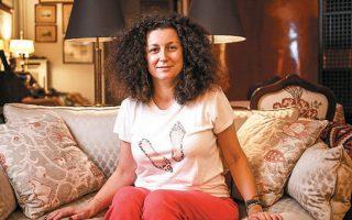 """Η Κατερίνα Βρανά, που παρουσίασε την παράσταση «Staying alive», μας δίνει συμβουλές πώς να μη χάσουμε το σθένος μας στην καραντίνα. Οι φωτογραφίες είναι από το σόου της αλλά και από το πρόσφατο «Γεύμα με την """"Κ""""» που έκανε με τη γράφουσα."""