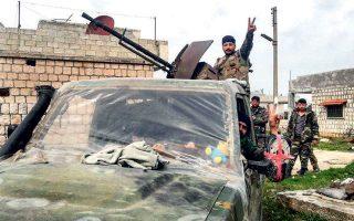 Σύρος στρατιώτης σχηματίζει το σήμα της νίκης στην επαρχία Ιντλίμπ. Οι βαριές απώλειες του τουρκικού στρατού εκεί έχουν προκαλέσει εθνικό σοκ και εκρηκτικό διχασμό στη χώρα.