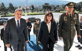 «Η εθνική κυριαρχία της Ελλάδας είναι αδιαπραγμάτευτη. Η προστασία των κυριαρχικών μας δικαιωμάτων είναι αυτονόητη», τόνισε η κ. Σακελλαροπούλου. Στη φωτογραφία, με τον υπουργό Εθνικής Αμυνας Ν. Παναγιωτόπουλο και τον Α/ΓΕΕΘΑ Κων. Φλώρο.