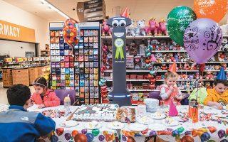 Πάρτι για τα «γενέθλια» του Μάρτι, του ρομπότ που εργάζεται σε σούπερ μάρκετ της αλυσίδας Giant στο Χάρισμπεργκ της Πενσιλβάνια στις ΗΠΑ.