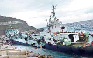 Το παλιό δεξαμενόπλοιο με τους 190 επιβάτες προσάραξε έξω από το λιμάνι της Τζιας τα ξημερώματα της περασμένης Δευτέρας και ενώ στην περιοχή έπνεαν άνεμοι έντασης 8 μποφόρ.