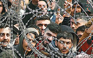 Μετανάστες συνωστίζονται στα κλειστά ελληνοτουρκικά σύνορα στις Καστανιές.