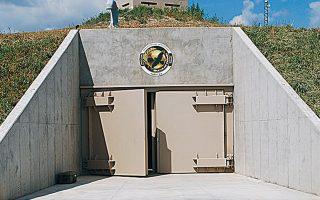 Σε μυστική τοποθεσία στην αμερικανική πολιτεία του Κάνσας, η εταιρεία Survival Condo έχει κατασκευάσει υπόγειο πολυτελές συγκρότημα διαμερισμάτων. Οι τιμές κυμαίνονται από 1,5 έως 3 εκατ. δολάρια.