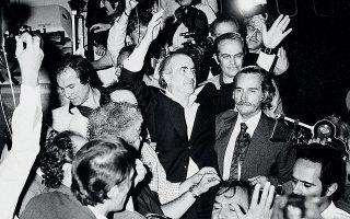 16 Αυγούστου 1974. Θριαμβευτική υποδοχή του Ανδρέα Παπανδρέου στο αεροδρόμιο. Στα αριστερά του ο Γιάννης Χαραλαμπόπουλος.