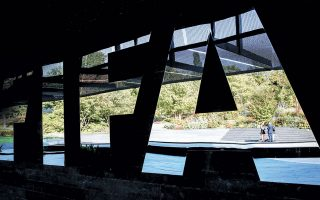 H FIFA επιχειρεί να ρίξει «φως» σε όλο αυτό το «παζάρι» των δανεικών παικτών. Ετσι, το όριο που τίθεται έως το καλοκαίρι του 2022 είναι για 8 παίκτες και από τη σεζόν 2022-23, το όριο προτείνεται να κατέβει στους έξι.