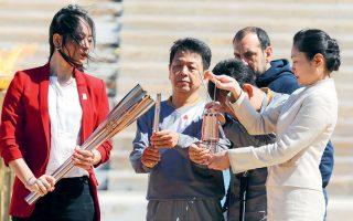 Την περασμένη Πέμπτη η Ιαπωνία παρέλαβε τη φλόγα στο Καλλιμάρμαρο. Την ίδια ώρα, κορυφαίοι διεθνείς αγώνες και τα προολυμπιακά τουρνουά αναβλήθηκαν. Η τύχη των Ολυμπιακών Αγώνων του Τόκιο κρέμεται από μια κλωστή.