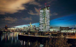 H EKT ανακοίνωσε ότι θα αυξήσει τις αγορές ομολόγων κατά 120 δισ. ευρώ μέχρι το τέλος του έτους και θα διασφαλίσει επαρκή ρευστότητα στο χρηματοπιστωτικό σύστημα της Ευρωζώνης.