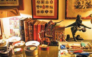 """«Χάρηκα που ξετρύπωσα, πίσω από μια στίβα αδιάβαστα βιβλία, το """"Εγκλημα στο Κολωνάκι"""" του Γιάννη Μαρή. Ξανάπιασα λοιπόν τη λογοτεχνία """"απόδρασης"""" έστω και γιατί ο Γιάννης Μαρής ήταν κρυμμένος (άγνωστο πώς) πίσω από αδιάβαστα δοκίμια και ιστορικά βιβλία, που ήθελαν συγκέντρωση και μολύβι και σημειώσεις»."""