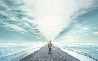 Λίγο να μετατοπίσεις τη ματιά σου και αυτό που βιώνεις ως παράδεισο αίφνης αποκτά την υφή της κόλασης.