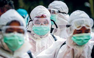 Ακόμη και παραδοσιακά ΜΜΕ επιλέγουν τις πιο ακραίες φωτογραφίες, σχεδόν πάντα με ανθρώπους, πολίτες και γιατρούς, που φορούν μάσκα.