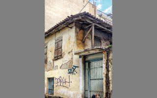 Το διώροφο σπίτι στην οδό Ακάμαντος 61 στα Ανω Πετράλωνα διασώζει ένα λαϊκό ήθος.