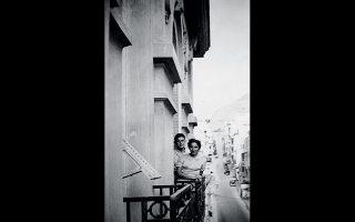 Στο μπαλκόνι με θέα τον Λυκαβηττό, πιθανώς στην οδό Ομήρου, πριν από σχεδόν 70 χρόνια.