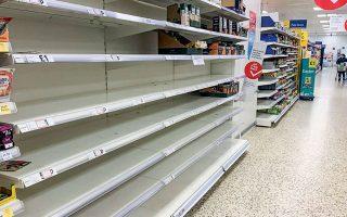 Αδεια ράφια σε σούπερ μάρκετ στην Αγγλία. Hδη σε αρκετές χώρες γίνονται συστάσεις στον πληθυσμό να μην αποθηκεύει μεγάλες ποσότητες. Αποφύγετε τον πειρασμό...