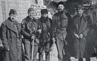 Στο αρχηγείο του ΕΛΑΣ, αρχές του 1944. Από αριστερά προς τα δεξιά: Κώστας Δεσποτόπουλος, ταγματάρχης Τζέραλντ Κ. Γουάινς, Aρης Βελουχιώτης, Κρις Γούντχαουζ, στρατηγός Σαράφης.