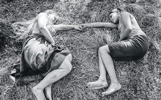 Με την ασπρόμαυρη φωτογραφία και τα δεκάδες αριστουργηματικά πλάνα, ο Μαρχούλ μας βάζει στην ατμόσφαιρα μιας διαφορετικής ανθρωπογεωγραφίας.