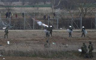 Επεισόδια μεταξύ μεταναστών που έχουν συγκεντρωθεί στα Ελληνοτουρκικά σύνορα πίσω από τον φράχτη με ελληνικές δυνάμεις ασφαλείας καθώς δακρυγόνα και χημικά πέφτουν από την τουρκική πλευρά προς την ελληνική, στις Καστανιές Έβρου, Σάββατο 07 Μαρτίου